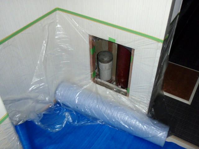 台所付近の点検口を養生シートで保護します